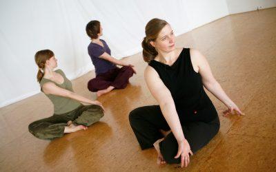 Yogalehrerin-Melanie-sitzt-mit-zwei-Schülerinnen-im-Drehsitz.jpg